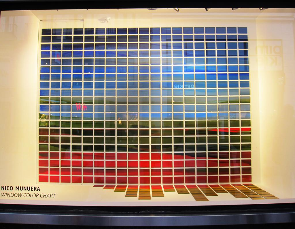 """""""Window Color Chart"""". Nico Munuera 2015. Acrílico sobre Styroglass. 435 piezas de 10 x 15 cm. cada una. 250 x 330 x 100 cm."""