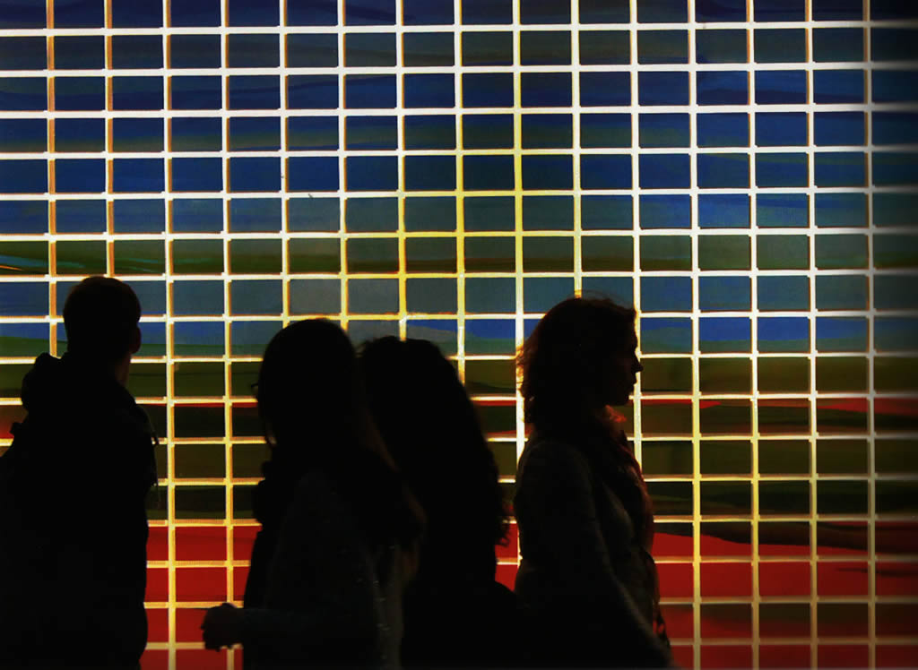 """Vista nocturna de la obra """"Window Color Chart"""". Nico Munuera 2015. Fotografía J.Caballero"""